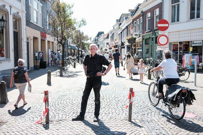 Fietsen in de binnenstad van Doesburg mag niet tussen 11.00 en 18.00 uur. Nog niet iedereen houdt zich aan de nieuwe verkeersregels. Ondernemer Paul Staarink (midden) hoopt dat de mensen ondanks de afsluiting blijven komen.