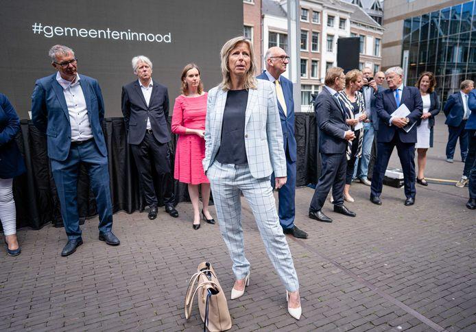 Minister Kajsa Ollongren in gesprek met burgemeesters en wethouders in Den Haag. Zij luidden de noodklok over hun financiële situatie en werden teleurgesteld. Nu komen gemeenteraden in actie.
