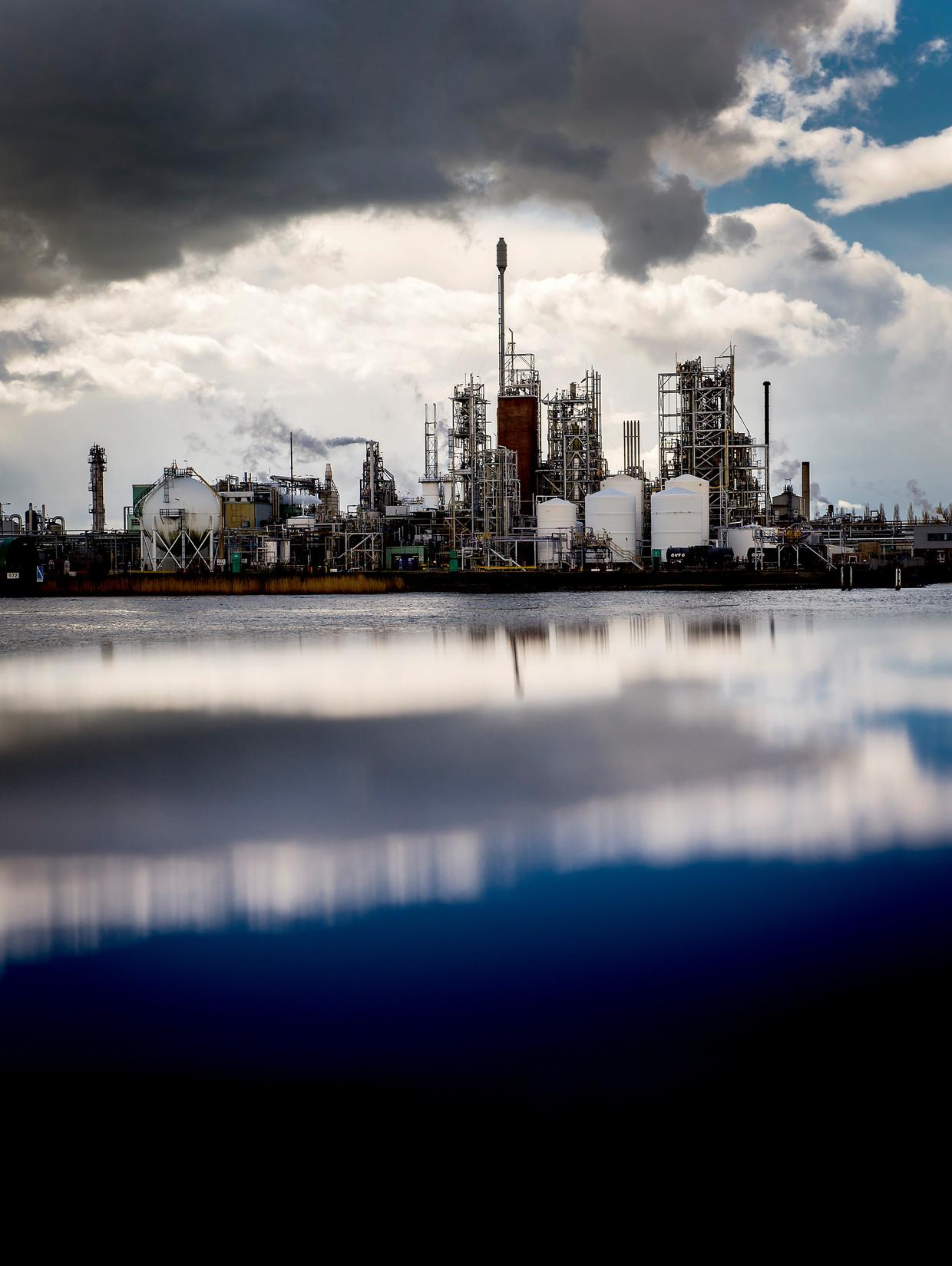 Teflonfabriek Chemours in Dordrecht ligt al jaren onder vuur wegens vervuiling van de directe omgeving.
