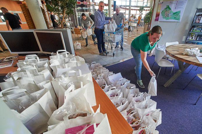 In het gemeentehuis te Uden worden honderden paasontbijtjes samengesteld voor ouderen.