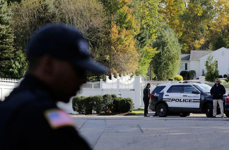 Politieagenten voor de woning van Hillary en Bill Clinton in Chappaqua, New York. Beeld AP