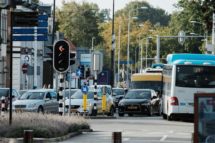 Chaos op de kruising Europaweg-Hofstraat-Keppelseweg aan de rand van het stadscentrum van Doetinchem halverwege september. Ook toen was het werk aan de Liemersweg en de Rozengaardseweg al gaande. Archieffoto: Jan Ruland van den Brink