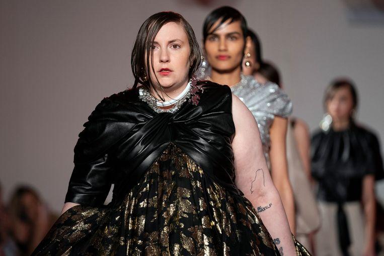 Lena Dunham tijdens de catwalkshow van 16Arlington op London Fashion Week.