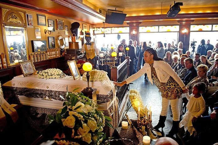 In Café De Bult nemen familie en vrienden afscheid van Nel Veerkamp, in een witte kist met tijgerprint en Swarovski-kristallen. Foto: ANP