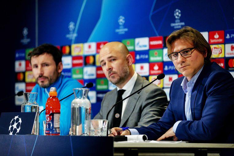 Tolk Dirk Lotgerink (r) en trainer Mark van Bommel (l) van PSV tijdens de persconferentie in het Philips Stadion. PSV maakt zich op voor de Champions League-wedstrijd tussen PSV en FC Barcelona. Beeld ANP