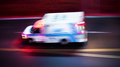 Man springt uit rijdende ambulance en wordt dodelijk aangereden