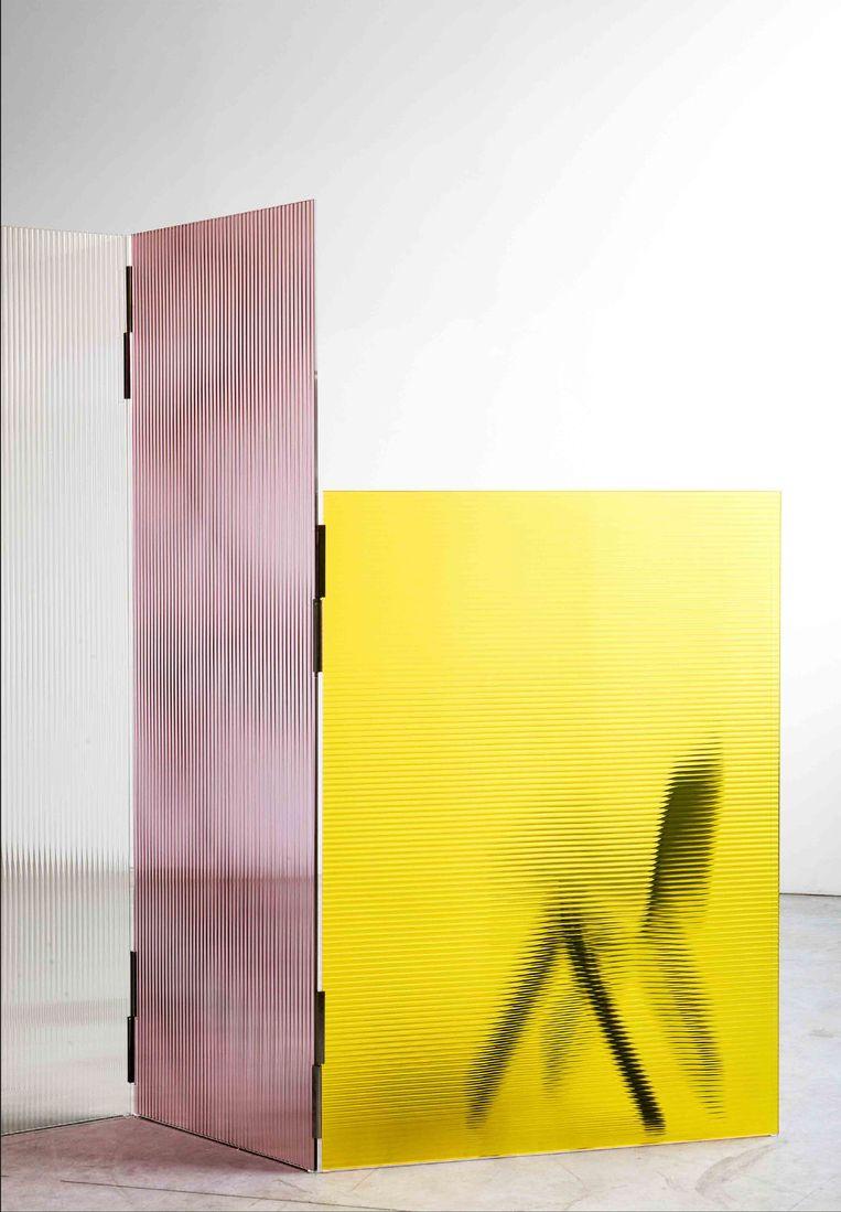 De broers Ronan en Erwan Bouroullec ontwierpen het 'Rayures'-kamerscherm voor Glas Italia, gemaakt van geribbeld gekleurd glas, prijs op aanvraag.  Beeld
