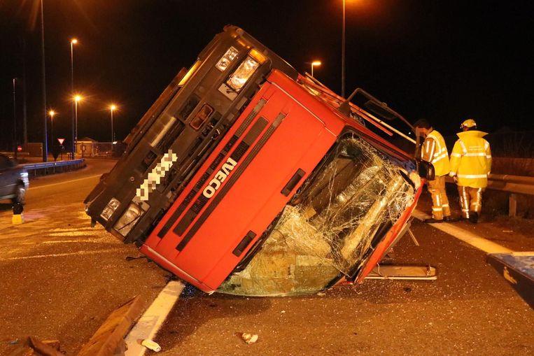 De tweede cabine viel van de vrachtwagen en kwam op zijn zij terecht.