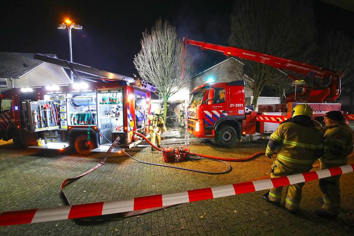 De brandweer kwam met verschillende voertuigen ter plaatse in Oss.