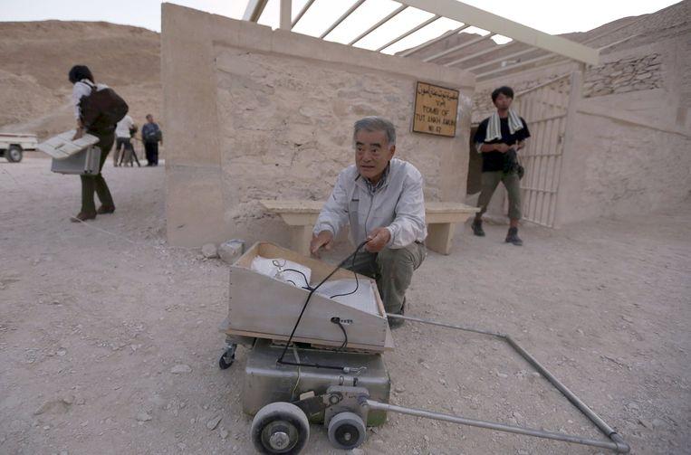 Japanse radar-specialist Hirokatsu Watanabe bij het graf van Toetanchamon Beeld reuters