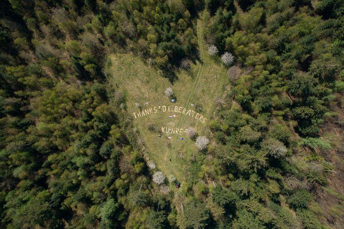 DS-2020-2219 Bant - Boswachter Harco Bergman legde witte planken in het hart van het bos neer, ditmaal met een groet voor de bevrijders van Kuinre. (Thanks to Liberators) Dat is vandaag 75 jaar geleden.