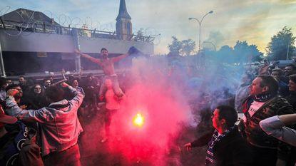 Uitzinnige Club-fans vieren op De Platse