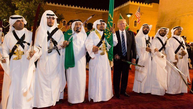 Trump met een zwaard in zijn handen tijdens zijn bezoek aan Riyad. Beeld photo_news