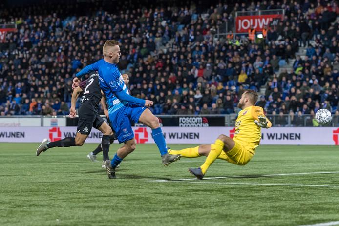 Mike van Duinen zorgt na 27 minuten voetballen voor de gelijkmaker.