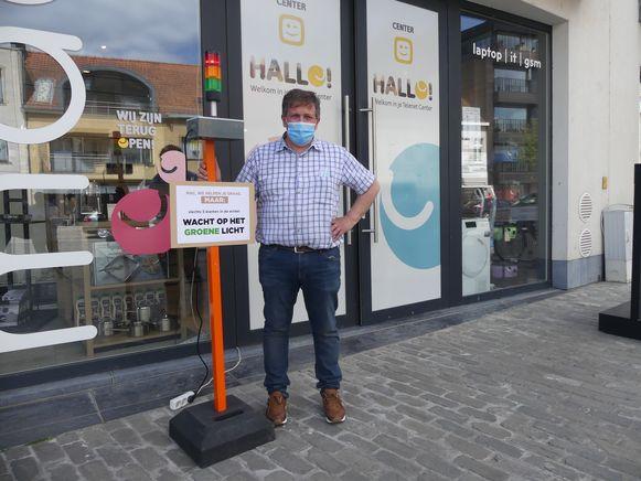 Zo plaatste Geert Schobben van Foto Video Mac een verkeerslicht aan de ingang op de Markt.