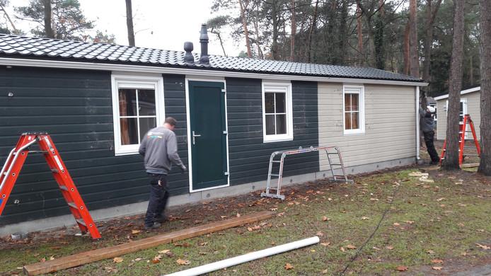 Op recreatiepark De Bikkels in Vlierden worden momenteel ruim veertig huisjes opgeknapt.