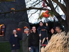Verstandelijk beperkten maken kerstverlichting voor de Geren in Gilze