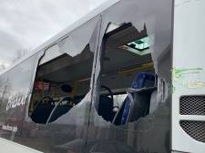 Defensievoertuig schampt bus langs N65: twee ruiten en spiegel gesneuveld