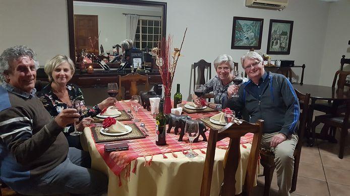 """Oldenzaler Wim Hulleman (rechts) met zijn vrouw Rita en de vrienden Willem en Jacky  Hoogerbeets aan de dis in Zuid-Afrika. """"We leefden van maaltijd naar maaltijd."""""""