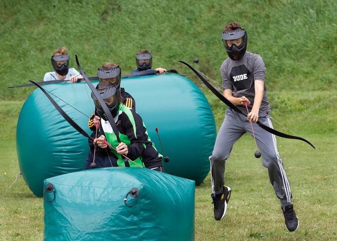Archery Attack wordt gespeeld met pijlen met een ballon op de punt, zodat schutters elkaar niet pijn doen als ze elkaar raken.