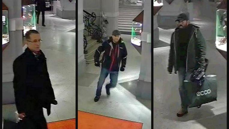 De drie kunstdieven op beeld van bewakingscamera's, vorige maand in Wenen gemaakt. Beeld epa