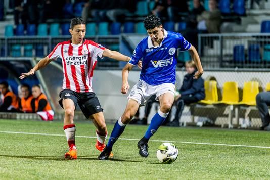 Oussama Bouyaghlafen in het duel met Jong PSV.
