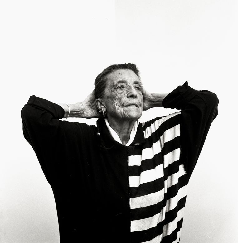 Louise Bourgeois (1911-2010) was de grande dame van de beeldhouwkunst. Sculpturen van deze Frans-Amerikaanse kunstenares, onder andere haar metershoge spin, staan tot en met 3 november in de gratis toegankelijke Rijksmuseumtuinen,  'de groene buitenzaal' van het museum. Beeld Koos Breukel