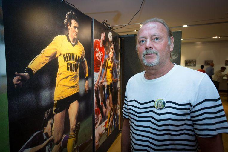 Pier Janssen bij een foto van zichzelf in Waterschei-shirt.