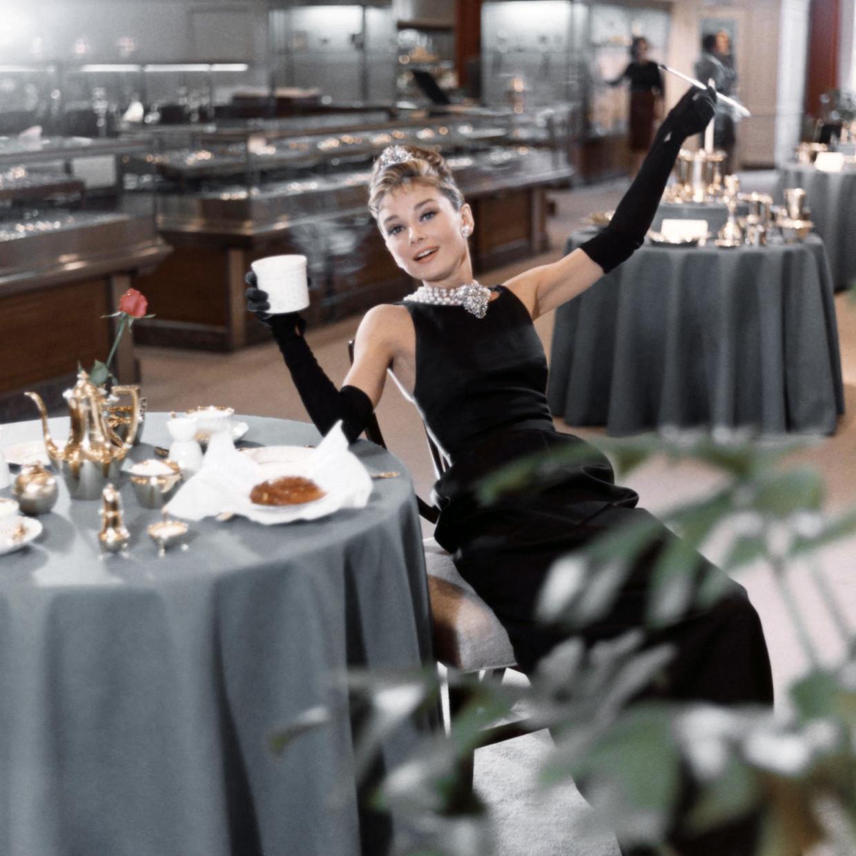 Actrice Audrey Hepburn in de iconische film Breakfast at Tiffany's (1961)  Beeld Getty Images