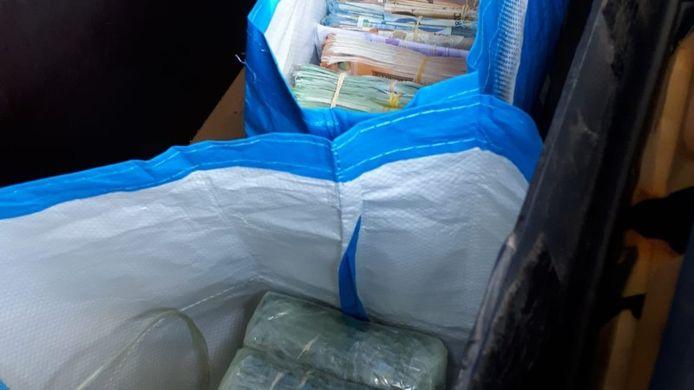 Het geld en de drugs zaten in grote tassen in een verborgen ruimte.
