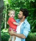 Mathias met z'n zoon Emile.