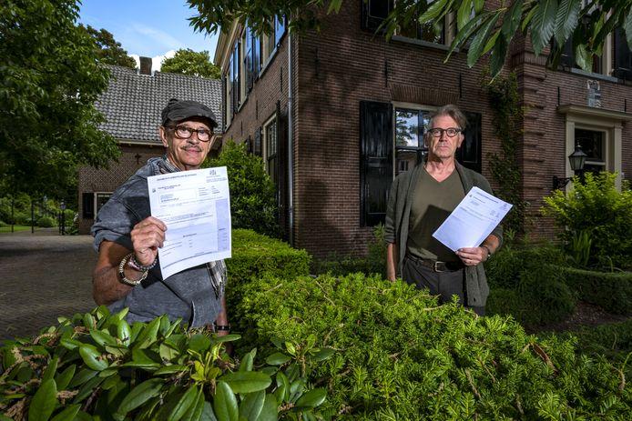 Jaap Klein Sprokkelhorst (l) en buurman Jan Willem de Jonge (r) hebben een brief ontvangen van de gemeente Brummen: of ze even de woz-belasting van de afgelopen drie jaar willen terugbetalen, want de gemeente heeft een foutje gemaakt.