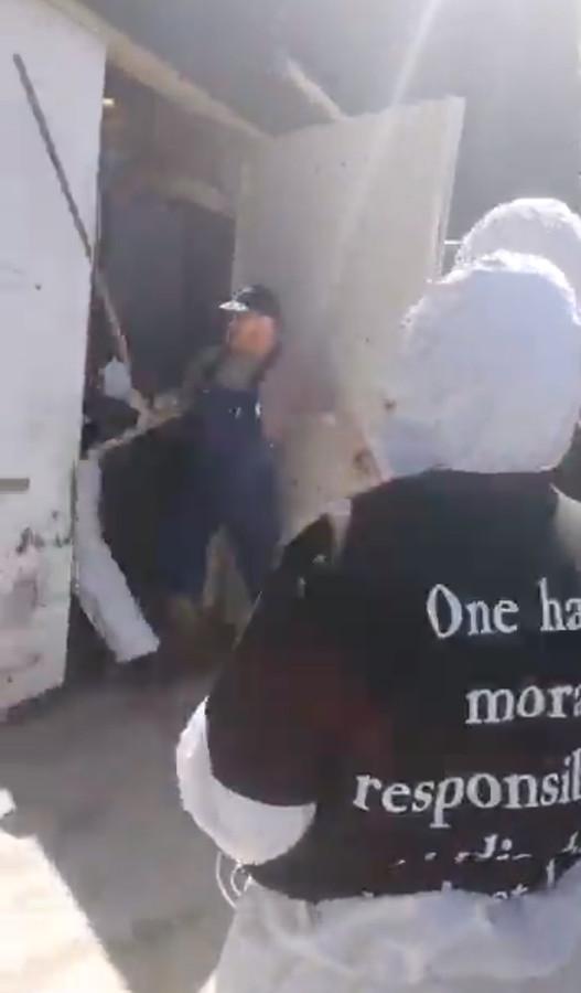 Een medewerker van de boerderij probeerde de actievoerders nog tegen te houden.
