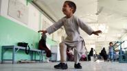 VIDEO. Afghaans jongetje danst van blijdschap nadat hij nieuwe beenprothese krijgt