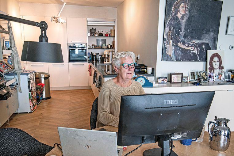 Mirjam Busse aan het werk voor de ING, thuis in Amsterdam. Beeld Guus Dubbelman / de Volkskrant