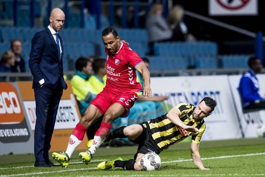 Thomas Bruns (rechts) schoffelt Sean Klaiber van FC Utrecht van de bal.