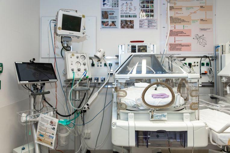 De warmtekamer, direct naast de verloskamer, waar de vroeggeboren baby's direct de couveuse in gaan. Beeld Dingena Mol