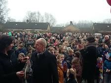 400 kinderen nemen nieuwe school in Etten-Leur zingend in gebruik (video)