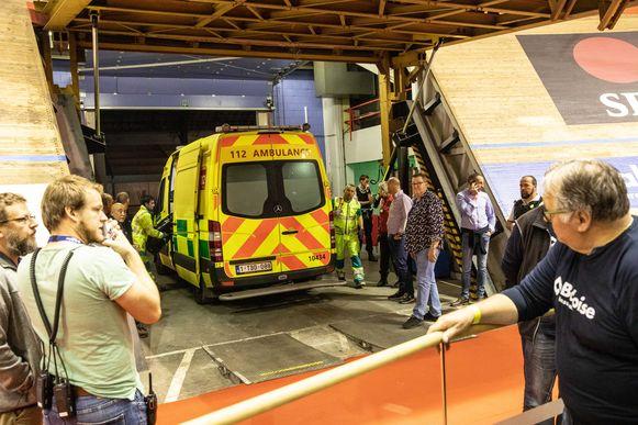 De nooddeur naar de piste wordt geopend om de ambulance door te laten.