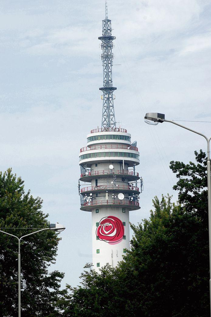 Hét symbool van Roosendaal - de Roos - op de televisietoren.