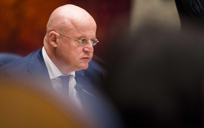 Minister Ferd Grapperhaus moet vooral rust brengen op het ministerie van Justitie en Veiligheid. Hij debatteert bewust met kalmte en hoffelijkheid.