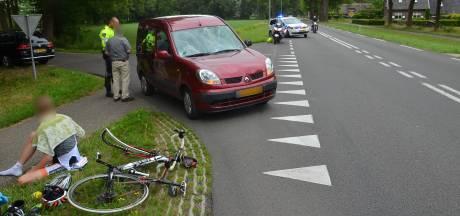 Wielrenner en skeeleraar door auto geschept in Vorden
