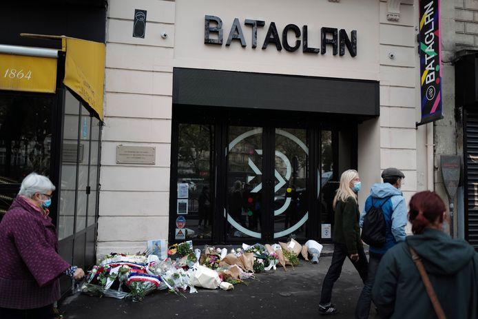 Beeld van 13 november dit jaar. Bloemen aan concertzaal Bataclan in Parijs, exact vijf jaar na de aanslagen.