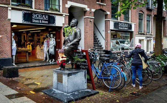 Het standbeeld van André Hazes, in de Amsterdamse Albert Cuypstraat.