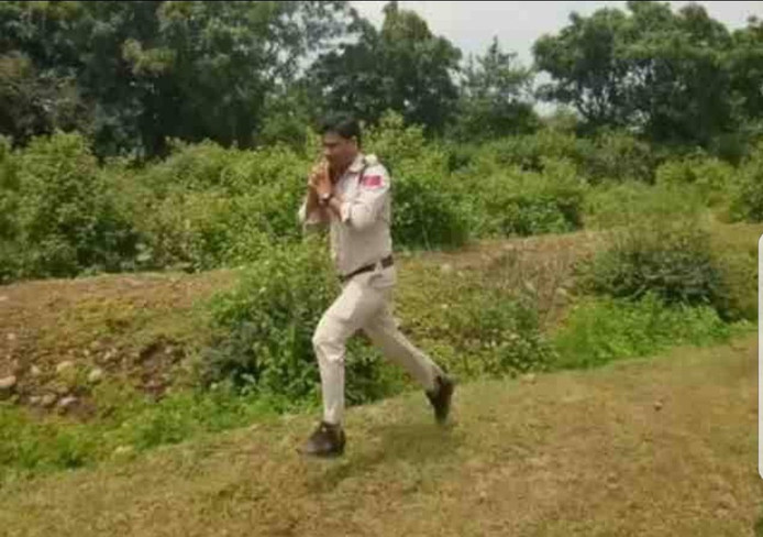 Politieagent Abishek Patel rent weg met de bom in zijn armen.