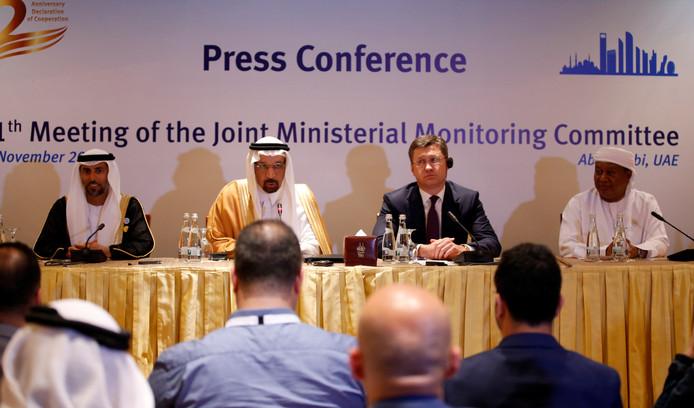 Het comité van ministers van de OPEC kwam op 11 november bijeen in Abu Dhabi, Verenigde Arabische Emiraten. Daar bereidden zij komende OPEC-meeting van 6-7 december in Wenen voor. Helemaal rechts Mohammad Sanusi Barkindo, secretaris-generaal van de OPEC.