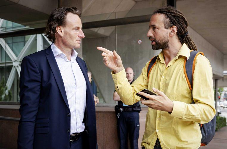 Voorman van Viruswaanzin Willem Engel (rechts) voor de rechtbank, samen met jurist Jeroen Pols. Beeld ANP