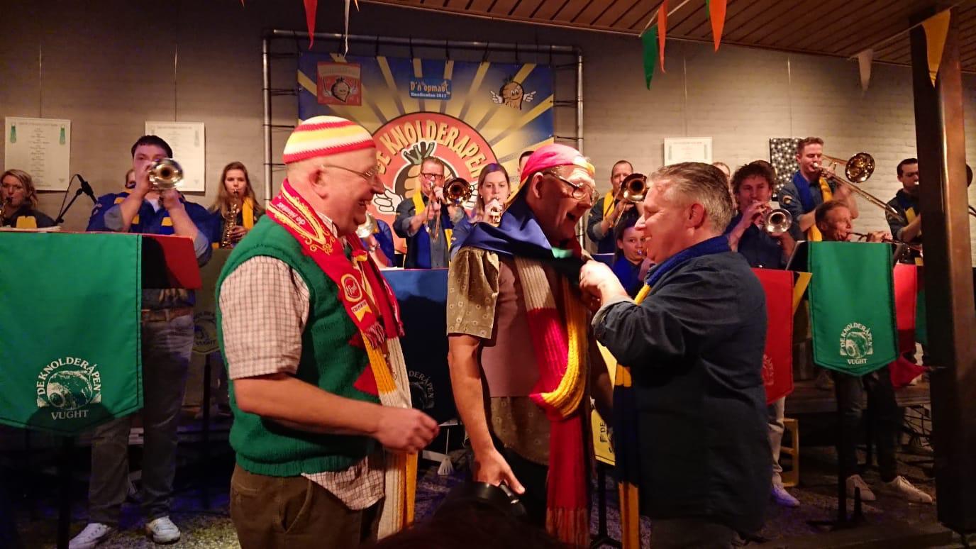 Hans Meijs (rechts) , voorzitter van de Knolderapen uit Dommelbaorzedurp , reikt de onderscheiding De Doorgeschoten Knol uit aan zanger Wim Brouwers van De Henkies uit Oeteldonk.