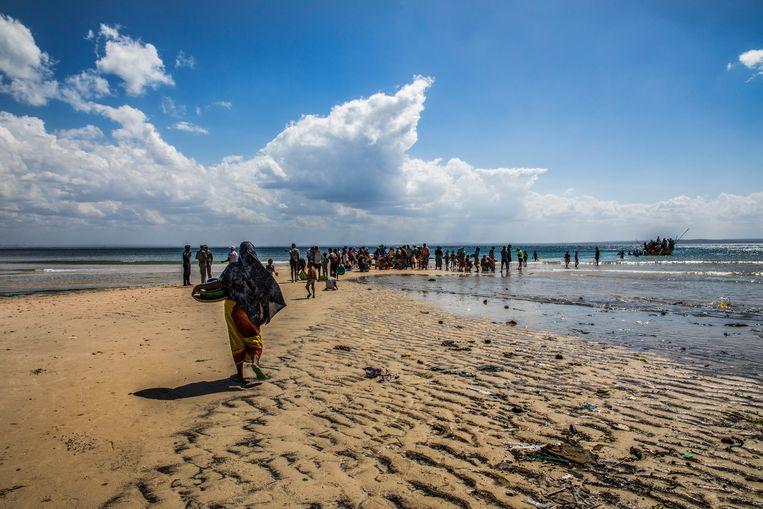 Vluchtelingen gaan aan boord van vissersboten om te ontsnappen aan het jihadistische geweld in de noordelijke Cabo Delgado provincie in Mozambique.  Beeld EPA
