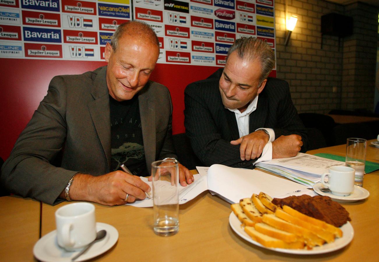 Jan Poortvliet bij het ondertekenen van zijn contract bij FC Eindhoven.